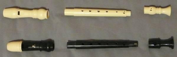 Flûtes à bec en plastique, démontées en 3 parties