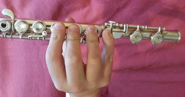 Position de la main droite à la flûte traversière